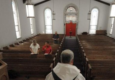 La Iglesia católica bajo mínimos, crece el número de ateos