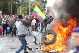 Miles de manifestantes indígenas rompen el cerco policial y toman la Asamblea Nacional de Ecuador
