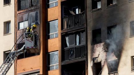 Una sobrecarga en un piso ocupado de Badalona, la posible causa del incendio en el que hubo tres muertos y una treintena de heridos