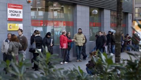 El desempleo baja en 471.100 personas