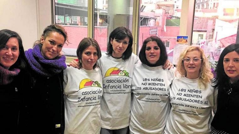 Detenida esta mañana y ahora puesta en libertad con cargos la vicepresidenta de Infancia libre en Granada, a la que el juez le retira la custodia de su hija