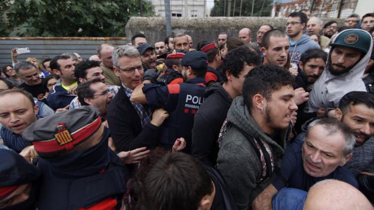 La policía y la Guardia Civil ante la pasividad de los mossos, llega a los colegios donde ya se empieza a votar