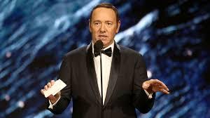 Kevin Spacey sale del armario ypide perdón tras ser acusado de acoso por otro actor.