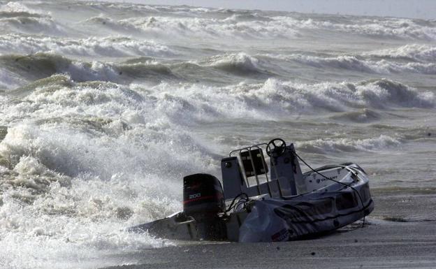 Muere un menor en una barca de recreo tras pasarle encima una lancha en una playa de Algeciras