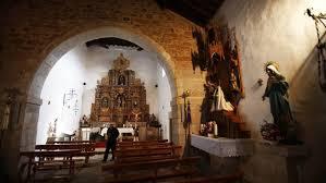 Se esconde en la iglesia y roba el dinero de cinco lampadarios