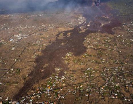 Tras una semana de erupción, las coladas del volcán de La Palma continúan avanzando hacia el mar tras arrasar con 514 viviendas
