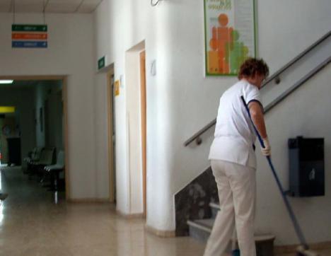 Magdalena News: Nueve limpiadoras de la Residencia de Ancianos del Zapillo, llevan tres años haciendo funciones de sanitario