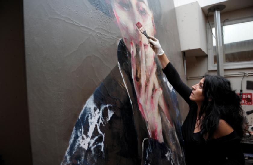 Se llama Lita Cabellut ,fue una persona sin hogar, hoy es la pintora española más cotizada del mundo