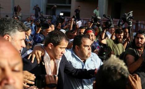 Guaidó agredido a su salida del aeropuerto Simón Bolivar
