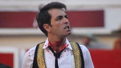 Arturo Macías siguió toreando con una cornada en el cuello
