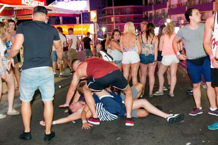 Un turista británico cae desde el balcón de un hotel en Magaluf cuando defecaba