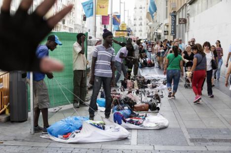 Dos policías municipales agredidos en la Puerta del Sol cuando le requisaban la mercancía