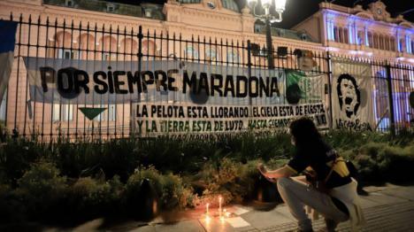 Miles de personas despiden entre empujones y botellazos al astro argentino Diego Armando Maradona