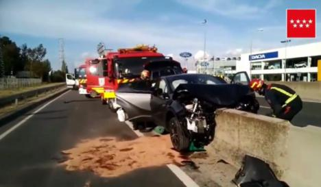 Un coche se empotra contra la mediana en Leganés