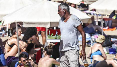 Tres personas detenidas por vender mojitos con restos fecales en las playas de Barcelona