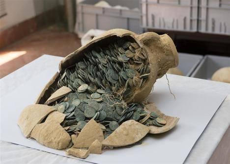 En unas obras en Tomares (Sevilla) aparecen 19 ánforas con 600 kilos de monedas romanas