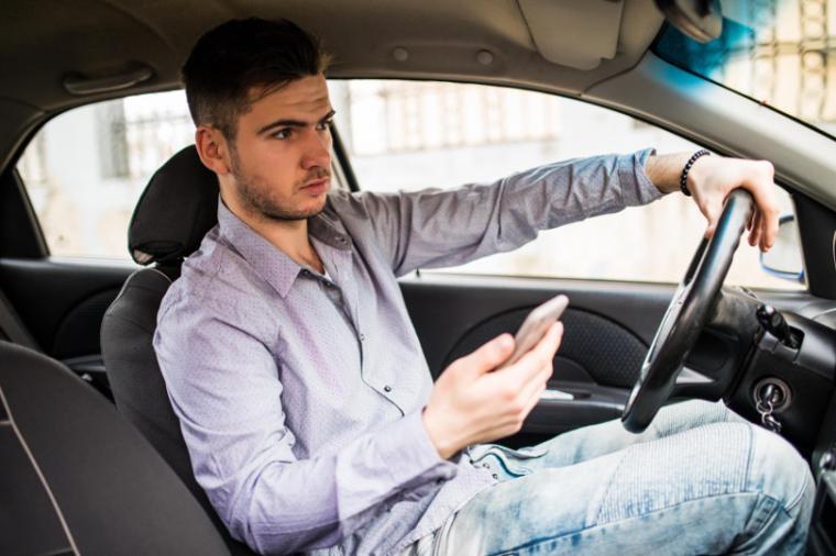Conducir usando el móvil o con chanclas, las infracciones más frecuentes en verano