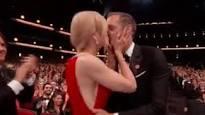 El beso de Nicole Kidman a su compañero de serie Alexander Skarsgard.