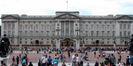Un hombre armado con un cuchillo, detenido junto al Palacio de Buckingham