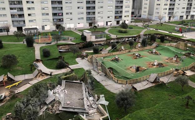 Se hunde  parqué infantil sobre un aparcamiento subterráneo en Santander