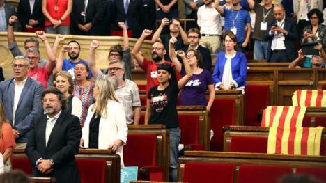 Puigdemont se ríe del Parlament, y declara la República Catalana.
