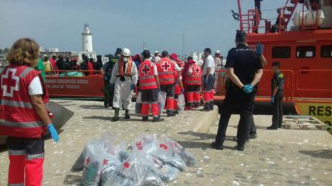 Rescatan a 80 personas que viajaban en tres pateras frente a las costas de Málaga