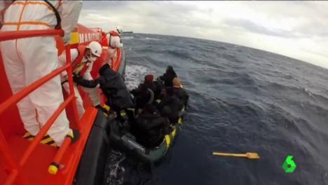 Salvamento Marítimo rescata una patera a 56 millas de Cabo de Gata.
