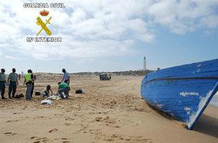 Una mujer muerta y un niño desaparecido tras volcar una patera en una playa de Conil