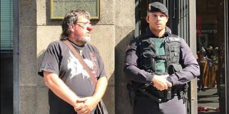 Las escenas de acoso y las humillaciones a la Guardia Civil encienden las redes.