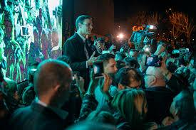 Sánchez tras el acto en un conservatorio abarrotado, improvisa un mitin en la calle subido en una silla