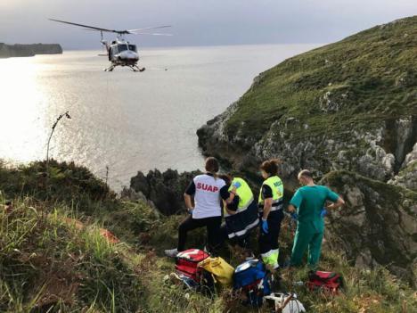 Muere un pescador de 61 años al despeñarse por un acantilado.