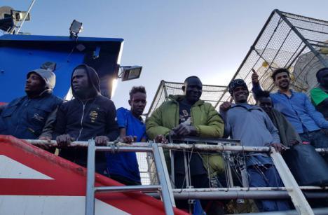 Open Arms llega en auxilio del pesquero que rescató a 12 náufragos en el Mediterráneo