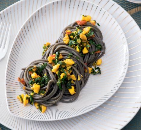 Espaguetis 'nero di sepia' con ragú de pez limón