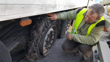 El autor de pinchar las ruedas a 50 camiones en la AP-7 es mosso d'esquadra