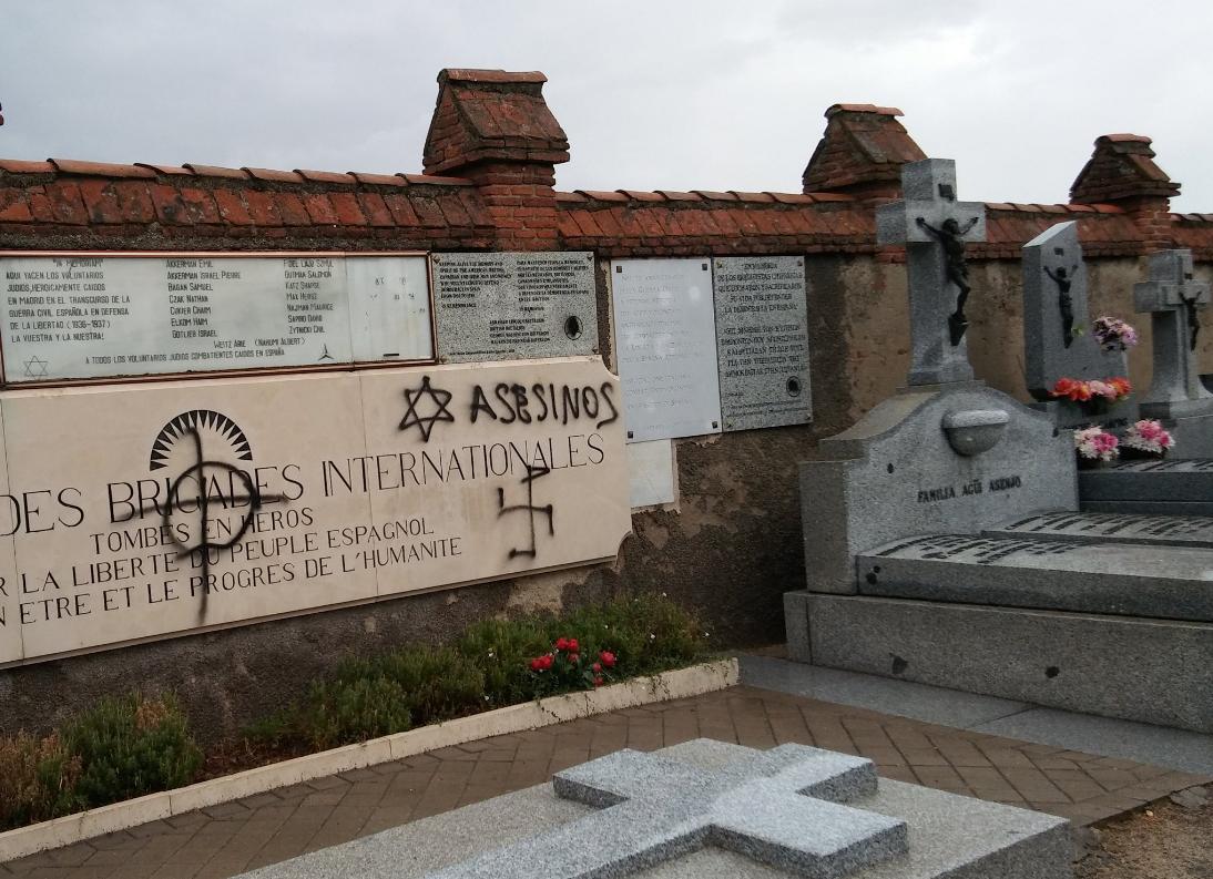 Guerra de pintadas en tumbas por parte de grupos fascistas y antifascistas