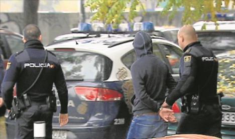 Un hombre ha sido detenido por masturbarse ante una niña