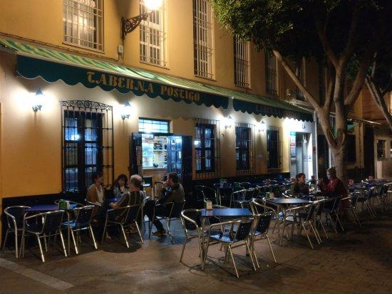 Es falso que hubiera una agresión a un agente en un bar de Almería por llevar un polo con la bandera española
