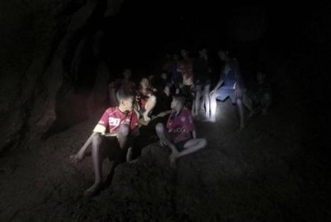 Cuatro meses, ese es el periodo que tendran que permanecer en la cueva los doce niños y el profesor atrapado.