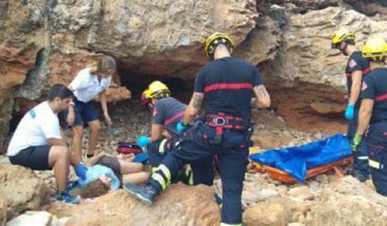 Una mujer cae por un acantilado de l'Alfàs del Pi