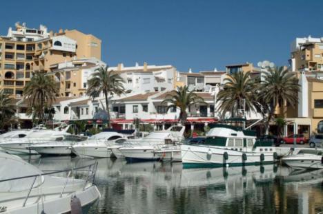 Encuentran un cadáver flotando frente al puerto de Cabopino en Marbella
