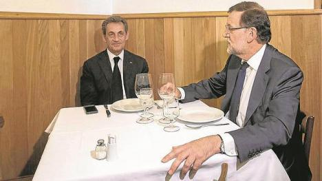 El abismo democrático entre Francia y España. El expresidente Nicolas Sarkozy, detenido por la financiación de su campaña en 2007, Rajoy de rositas