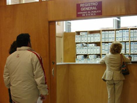 Los lorquinos sufren retrasos superiores a las dos horas para acceder al Registro Municipal tras