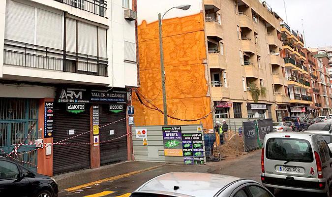 Desalojan en Sevilla a los vecinos de un bloque tras el derrumbe de un muro