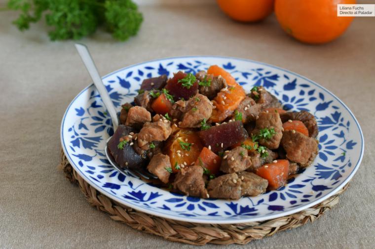 Estofado de cerdo con remolacha, zanahoria y naranja