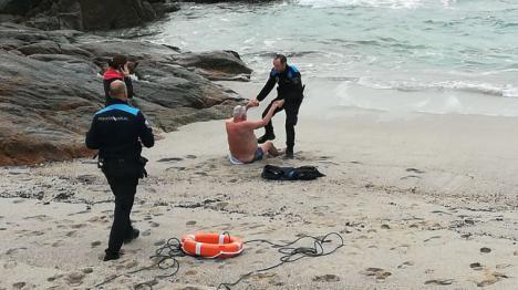 Rescatado un hombre de 89 años que se bañaba en la playa de Riazor con alerta naranja