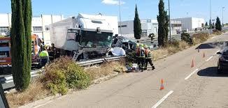 Tres fallecidos al chocar un camión con un turismo en Calahorra