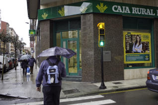 Un hombre se lleva 12.000 Euros, tras amenazar al cajero de una sucursal bancaria con un cuchillo de grandes dimensiones.
