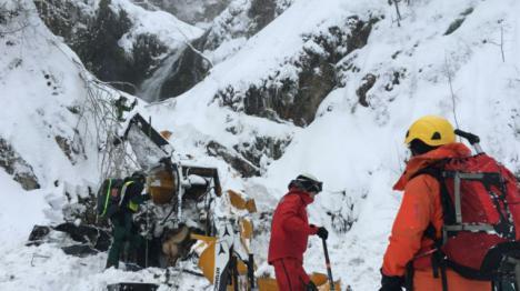 El mal tiempo obliga a suspender el operativo de búsqueda del segundo trabajador sepultado por una avalancha de nieve en San Isidro