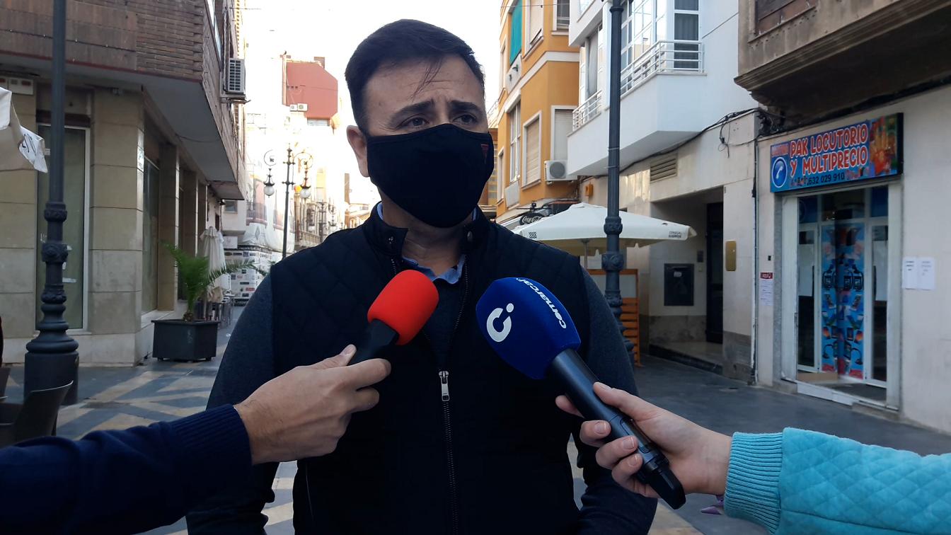 La batería de ayudas municipales de 2.000 euros para autónomos, comerciantes y autónomos impulsada por Fulgencio Gil permanece bloqueada por la inoperancia del actual alcalde