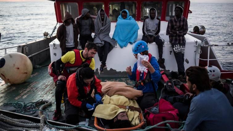 El pesquero, Nuestra Madre de Loreto, entrega a Malta a los 11 migrantes rescatados en el Mediterráneo